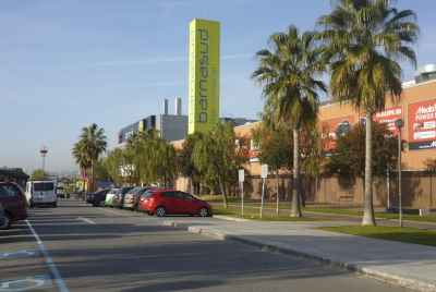 Corner commercial space rented to a dental clinic in Gava